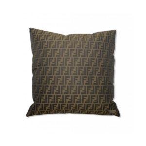 Cojín marrón con logo clásico de Fendi Casa