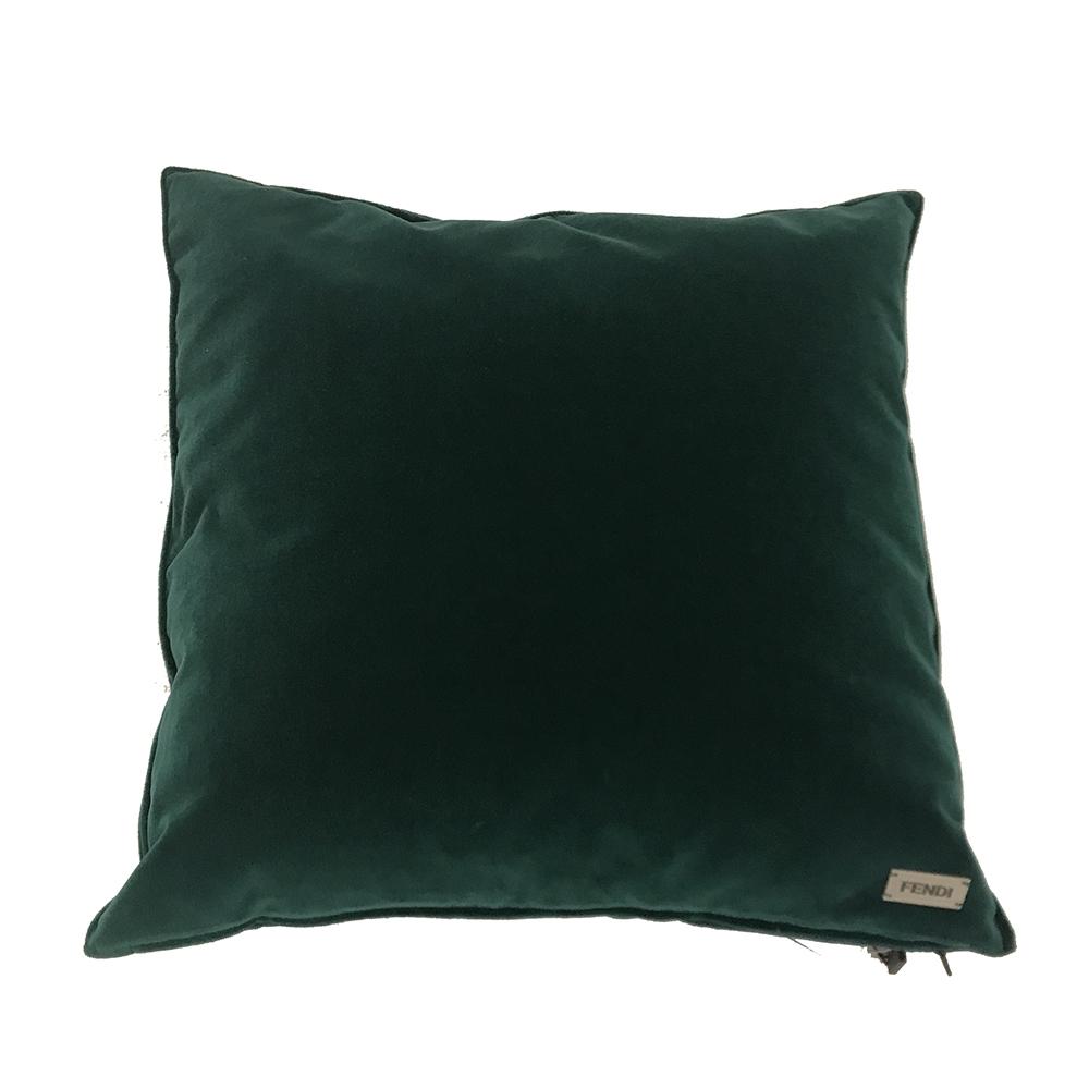 Cojín de terciopelo verde de Fendi Casa con Swarovski | San