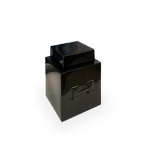 Tibor de cerámica negro con H en relieve