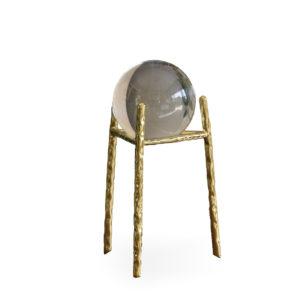 Bola de cristal con base dorada