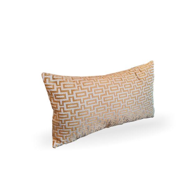 Cojín rectangular con greca ocre