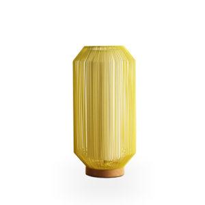 Lámpara con varillas de metal amarilla