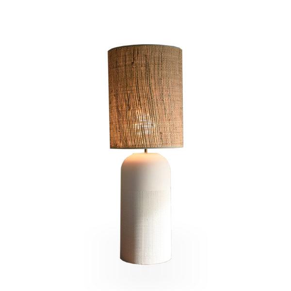 Lámpara blanca con pantalla de rafia