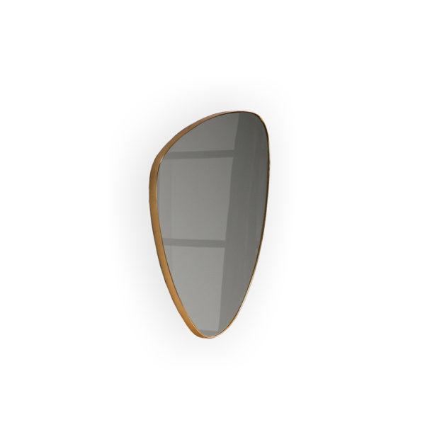 Espejo triangular con marco dorado