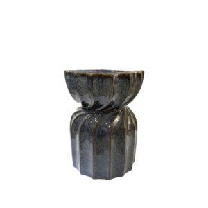 Taburete de cerámica con diseño retorcido